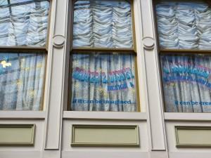 【TDLにかけられた魔法②】窓にあるウォルトの名前